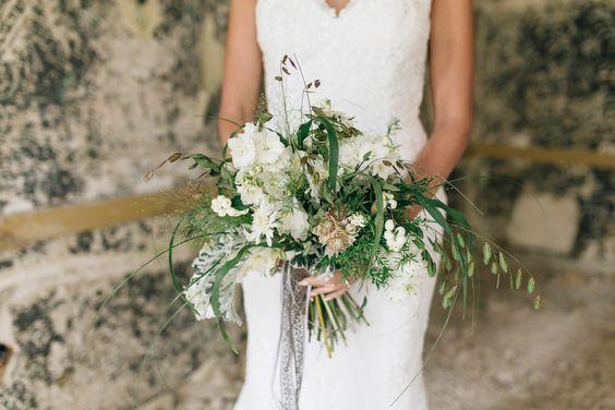Ein lockerer gebundender #grün #weißer #Brautstrauss. Foto: Ben Kruse