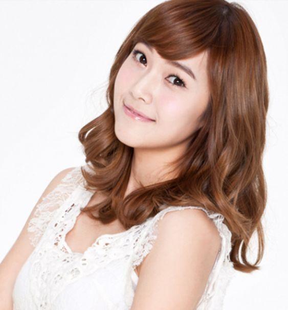 Top kiểu tóc ngắn xoăn phồng rất hợp phụ nữ ngoài 30 tuổi