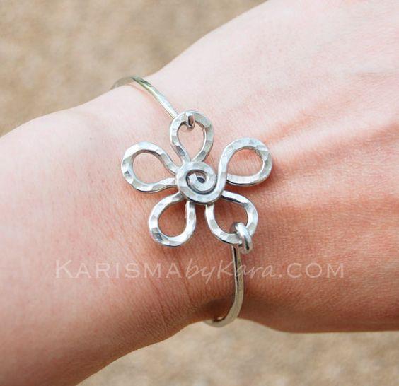 Bracelet fleur. Fleur de métal. Fleur de fil. Bracelet en aluminium. Bijoux fil.