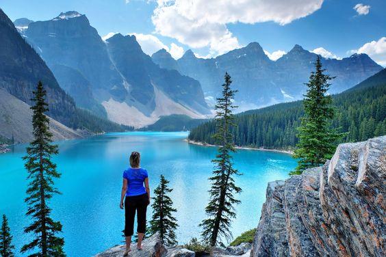 Lago Moraine en las Montañas Rocosas, Parque Nacional Banff, Alberta, Canadá