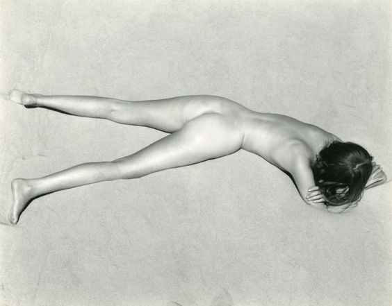 Edward WESTON (Highland Park 1886-Carmel-by-the-Sea 1958) Nude on Sand, Oceano 1936 Épreuve argentique d'un tirage postérieur par Cole Weston 18,9 x 24,1 cm Au dos, au stylo bille: Nude 1936 Edward Weston… - Pierre Bergé & associés - 19/03/2015