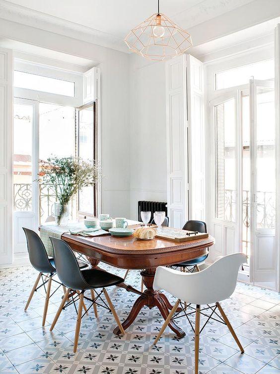 Table ancienne et chaises modernes salle manger - Table ancienne et chaises modernes ...
