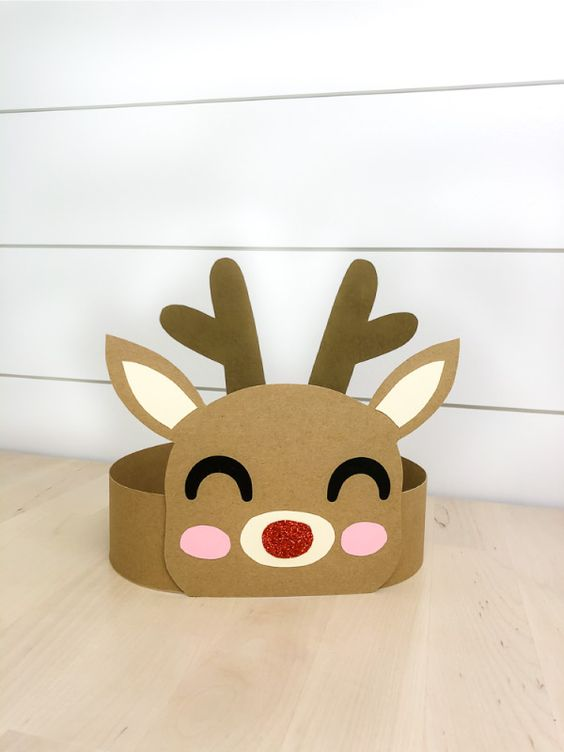 This DIY reindeer headband craft is a fun Christmas activity for kids! It comes with a free printable template to make this craft, print in full color or print in black and white to color in! #simpleeverydaymom #kidscrafts #reindeercrafts #craftsforkids #christmas #xmas #xmascrafts #christmascraftsforkids #rudolph
