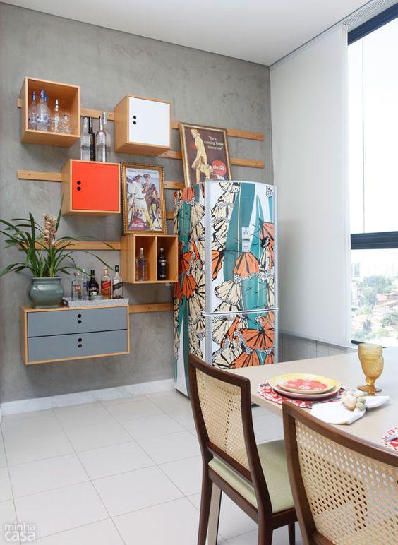 Concebida pelo designer Marcelo Rosenbaum, a estante (fora de linha) com módulos abertos e fechados guarda copos e bebidas. Como possibilita jeitos variados de montagem, foi simples encaixar a geladeira.: