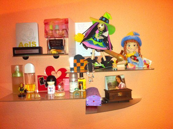 Esta semana convencí a mi marido para que pusiera unas estanterías en mi cuarto... a que molan!!! Están llenas con vuestros regalitos :D