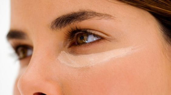 """Mistura para apagar olheiras; A especialista indica o uso de um """"dedinho"""" de Hirudoid Gel e uma mesma medida de Hipoglos; Misture as 2 pomadinhas na mão mesmo e, antes de dormir, aplique a misturinha em volta dos olhos em movimentos circulares de dentro para fora e depois dê leves batidinhas. Pela manhã, lave bem o rosto. Com a associação da propriedade anti-hematoma do Hirudoid à propriedade hidratante e revitalizante do Hipoglos, há uma melhora significativa do aspecto arroxeado das…"""