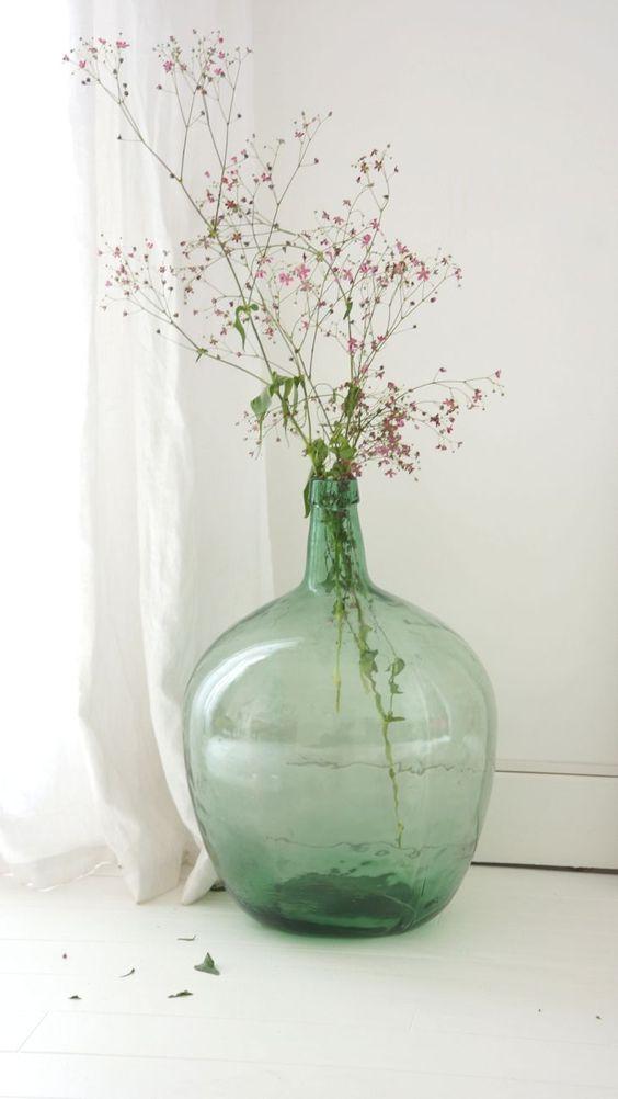 Bouquet délicat dans une Dame Jeanne Verte