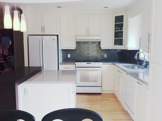 cuisine en bois laqu blanc comptoir de quartz gris et en. Black Bedroom Furniture Sets. Home Design Ideas