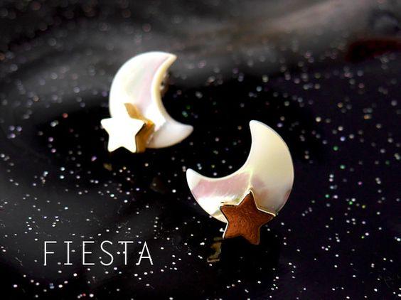 天然石で出来た月と、寄り添う星のかわいいピアスです★月はマザーオブパールという真珠の母貝です。(真珠ができる元で、母となる貝です。)マザーオブパールは乳白色の...|ハンドメイド、手作り、手仕事品の通販・販売・購入ならCreema。