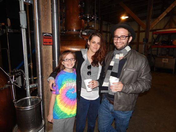 Em 18 de fevereiro Kristen Stewart visitou uma destilaria em Nashville, onde posou para fotos ao lado de fãs. Ninguém sabe o que Kristen foi fazer lá, provavelmente apenas conhecer mesmo, mas a atriz também apareceu ao lado do diretor/produtor/roteirista David Ethan Shapiro em uma das fotos. Vejam: