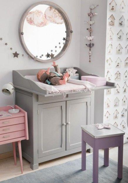 Chambre de bébé Un joli miroir au dessus de la table à langer