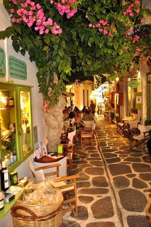 Calle estrecha, isla de Paros, Grecia foto a través de wanda