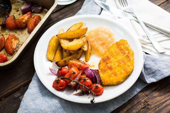 Recept voor kip, patat en appelmoes voor 4 personen. Met zout, boter, water, olijfolie, peper, kipschnitzel, tomaat, rode ui, balsamico azijn, appelmoes en ovenfriet