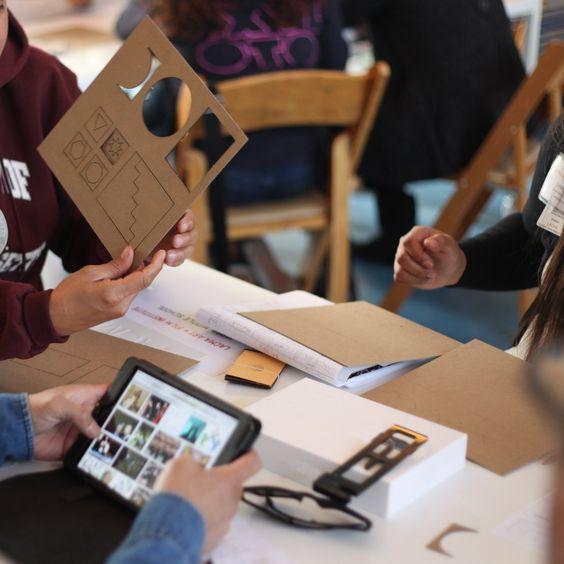 Imagens com elementos como mesa, pessoas, computador, dispositivos eletrônicos, itens de papelaria e decorativos, mobília, quadros, decoração …