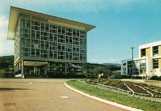 Unieux, agglomération de Saint-Étienne, l'hôtel de ville inauguré en 1964.