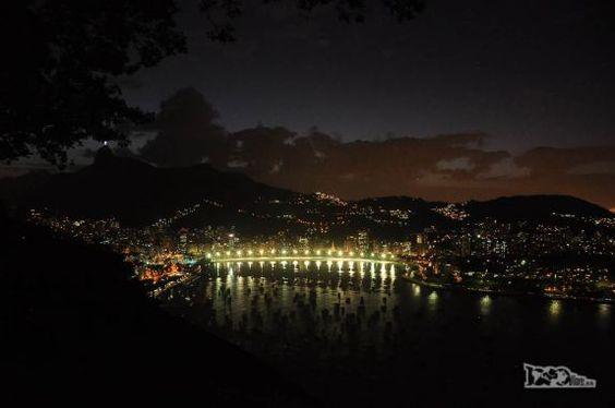 Visão noturna do Rio de Janeiro a partir da estação intermediária do bondinho do Pão de Açúcar