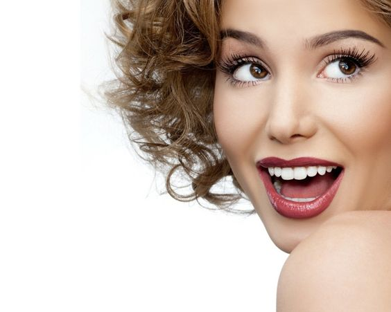 Das Make-up hilft kleine Makel auszubessern