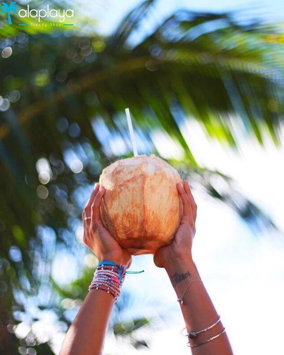 Buenos días! Celebramos la vida con una deliciosa agüita de coco.  www.alaplaya.co