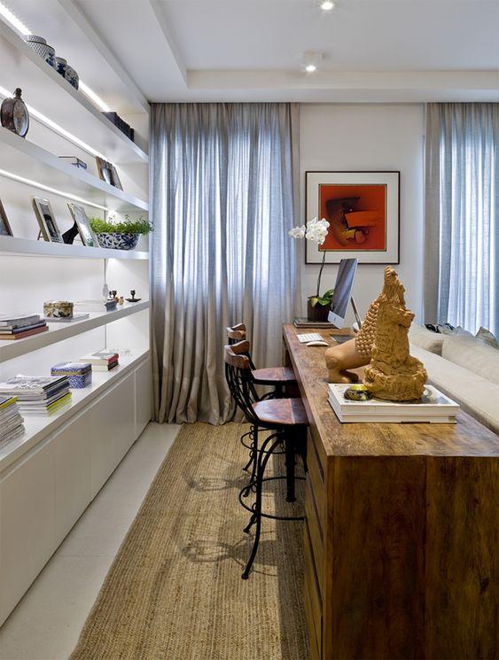 Aparador que serve como home office e também mesa de refeições. Se usar um aparador dobrável vai conseguir uma mesa de jantar que atende a mais pessoas quando aberta.
