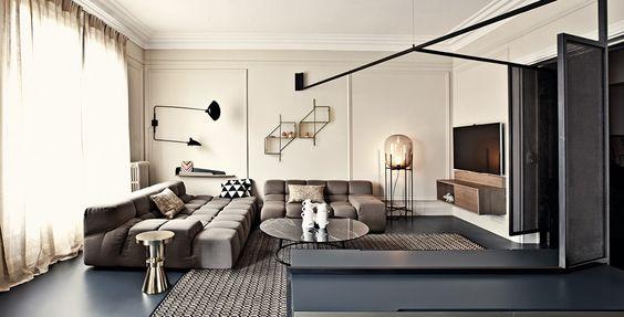 Парижская квартира с черными перфорированными экранами