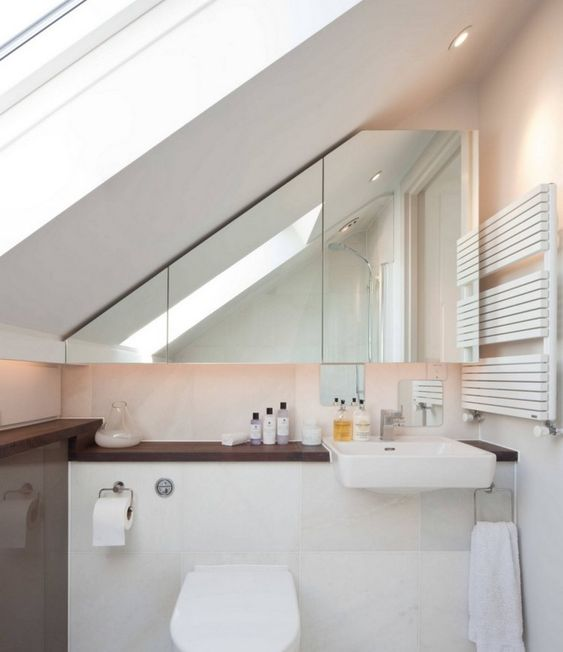 Spiegelschrank im Bad unter Dachschräge Badezimmer - badezimmer mit schräge