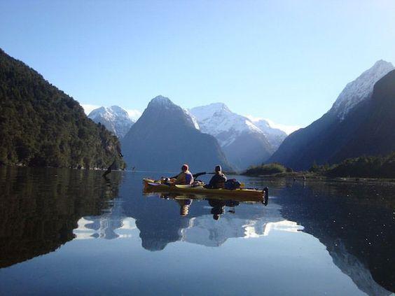 Balade en kayak dans le fjord de Milford Sound, en Nouvelle-Zélande.