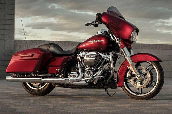 """Harley-Davidson: Neuer Motor """"Milwaukee-Eight""""  Zweirad Auch die Street Glide kommt in den Genuss des neuen """"Milwaukee-Eight 107""""-Motors. Die Tourer von Harley-Davidson sind auf dem amerikanischen Markt sehr beliebt, allerdings stellen sie auch die teuersten Modelle."""