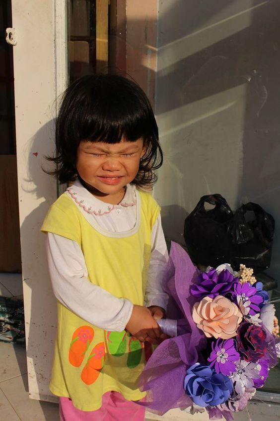 Thiên Khải Thiên Phú: Người mẫu cầm bó hoa