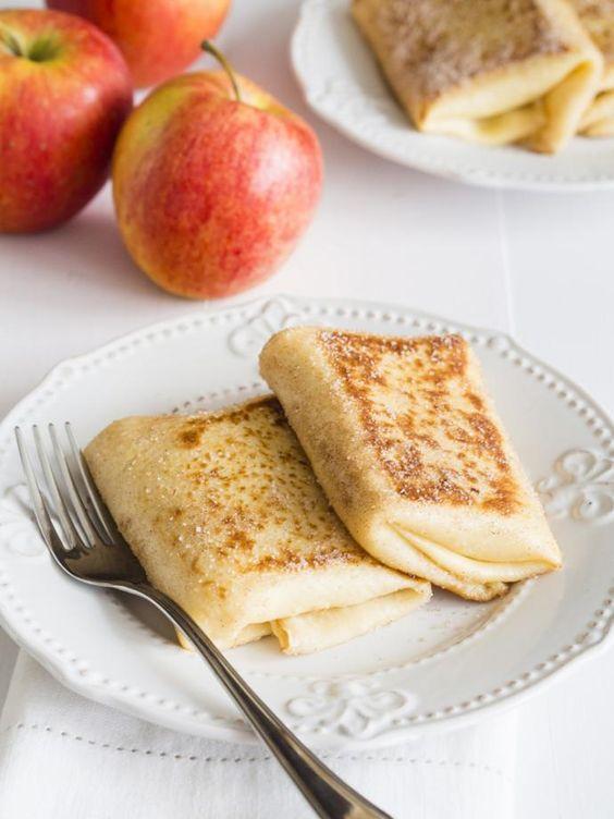 Klasyczne naleśniki z jabłkami urozmaiciła mi dziś nutka wanilii :) To doskonały, jesienny, słodki obiad.