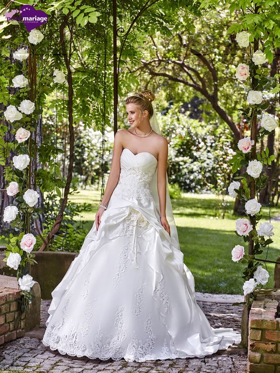 Robe de mariée Merveilles, robe de mariée application de dentelle, robe de…