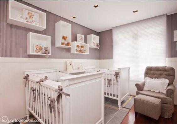 Quarto de bebê para gêmeos com berços brancos com lacinhos cinzas e nichos com ursinhos.