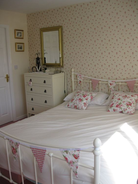Bedroom love the wallpaper and bunting on the bed for Cath kidston style bedroom ideas