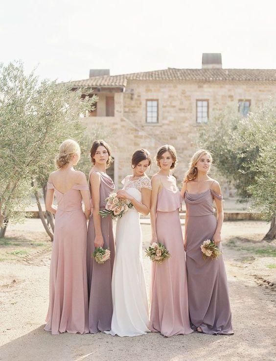 Vestidos para damas de honor en colores claros. Inspírate más en https://bodatotal.com/