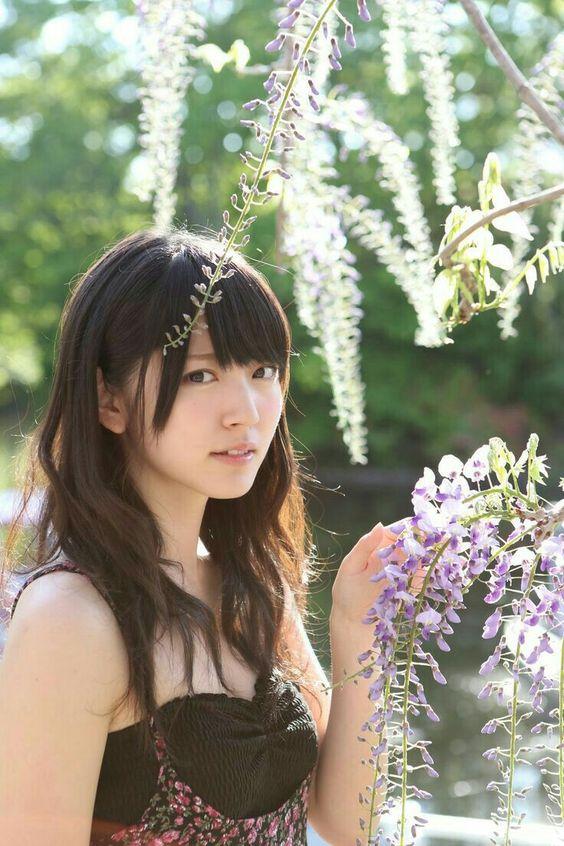 鈴木愛理お花とワンピース姿の画像