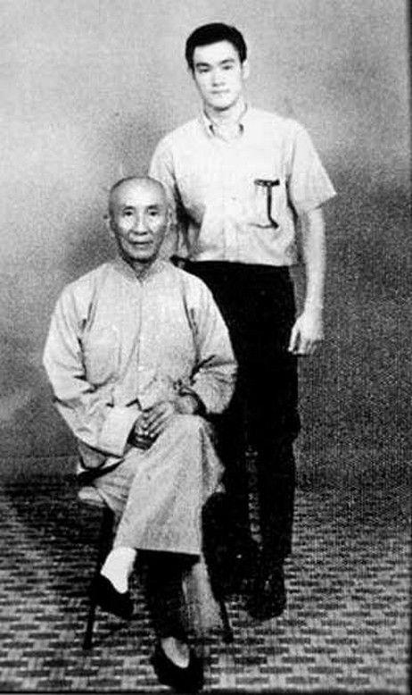 Bruce Lee und sein Sifu Ip Man. Bruce Lee lernte ein paar Jahre bei Yip Man Wing Chun. Bruce Lee war eine wichtige Person für das  Marketing dieser Kampfkunst.