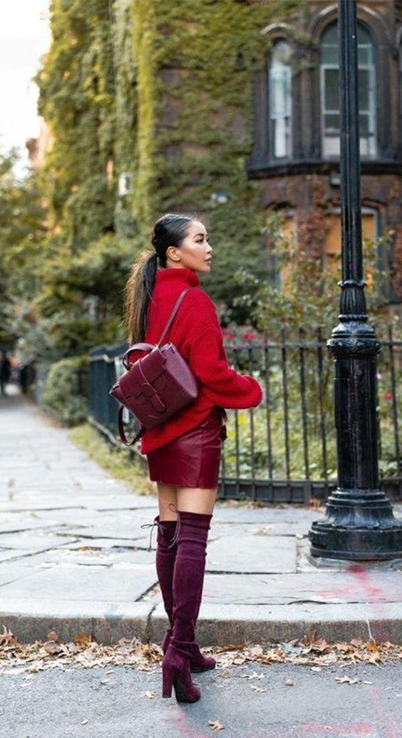 outfit falda roja con botas rojas y backpack