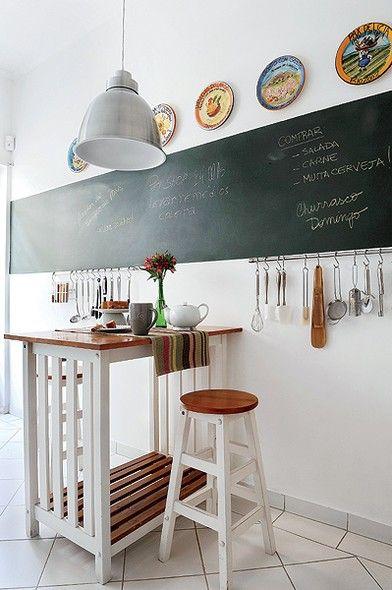 A casa alugada no Jardim Paulistano precisava ganhar bossa. Na cozinha, com piso cerâmico, Fernanda Dabbur pintou uma faixa com esmalte verde-escolar, que serve de lousa para anotações. Acima, foi colocada a coleção de pratos dos proprietários
