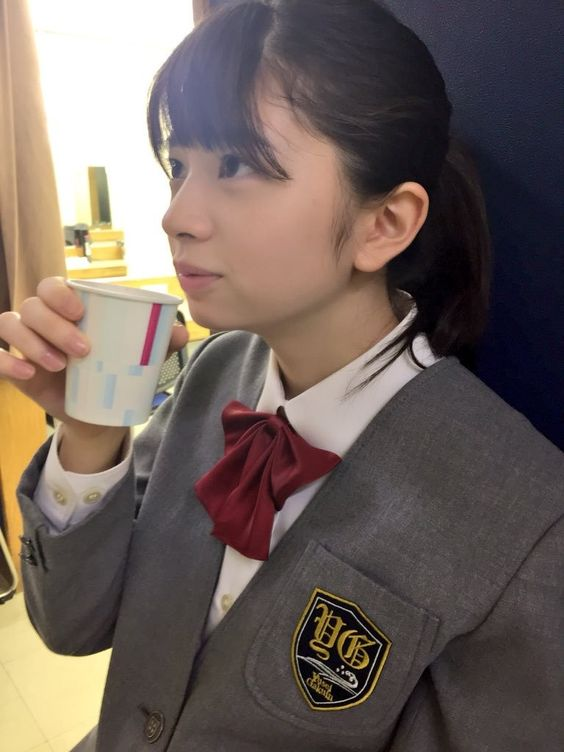 コーヒーを飲んでいる桜田ひより