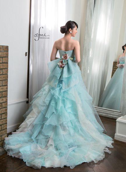 水色のウェディングドレスの武井咲