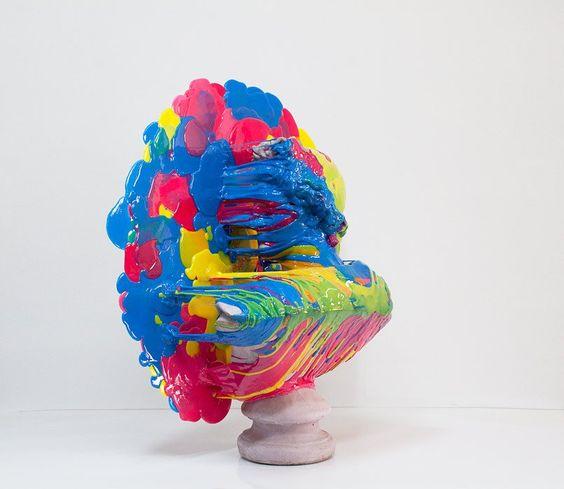 Nick van Woert fait couler du plastique multicolore sur des statues blanches.