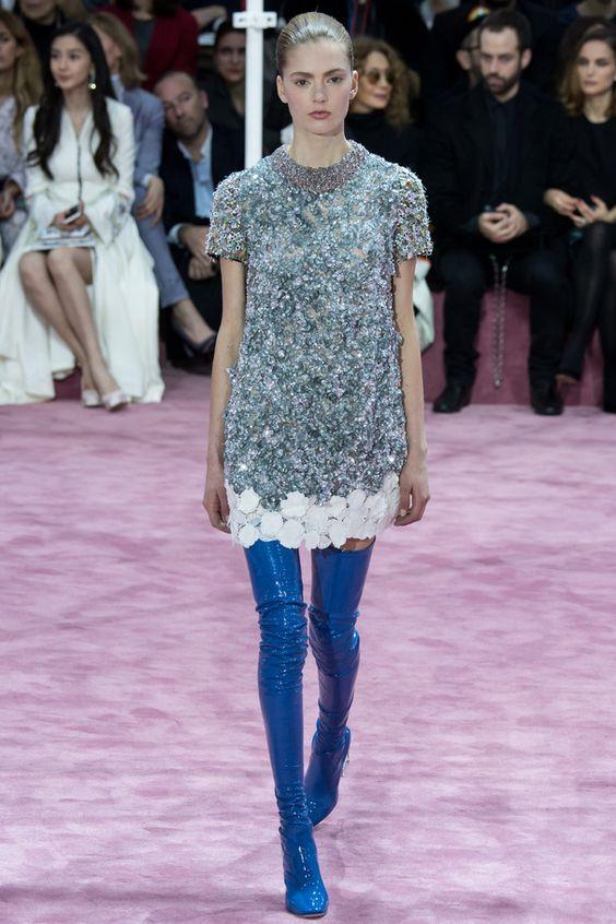 Look Dior mini robe pailleté et cuissardes bleu électriques !