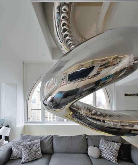 Um gigantesco escorregador de aço inox   36 Coisas que você obviamente precisa na sua nova casa
