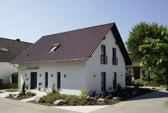 fehér színű családi ház barna tetővel