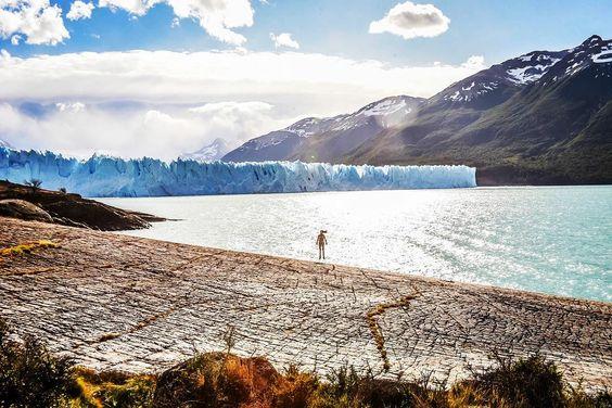 En un mundo en 2D mi cuerpo está sobre el lago Argentino debajo del glaciar Perito Moreno y fuera del perímetro del parque -  #peritomoreno #elcalafate #sudamerica #mochileros #moucat #felicidad #viajefeliz #destinosudamerica #latinoamerica #ig_latinoamerica_ #passionpassport #travelawesome #earth_deluxe #discoversouthamerica #patagonia #patagoniaargentina #igerspatagonia #nature_seekers #iamtb #argentina #ig_argentina #slowtravel #trekking #wilderness #naturalezaperfecta #triproad #sernatur…
