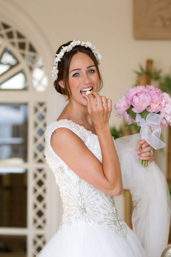 Vestido de novia con cuerpo bordado en pedrería y falda de tul