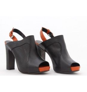Cedete al fascino vintage-cool dei sandali firmati Janet & Janet in pelle traforata nera che dà un twist anni '70 al modello. Il tacco robusto e il plateau ne enfatizzano l'irresistibile allure boho che ben si abbina a lunghe gonne in seta multicolor.