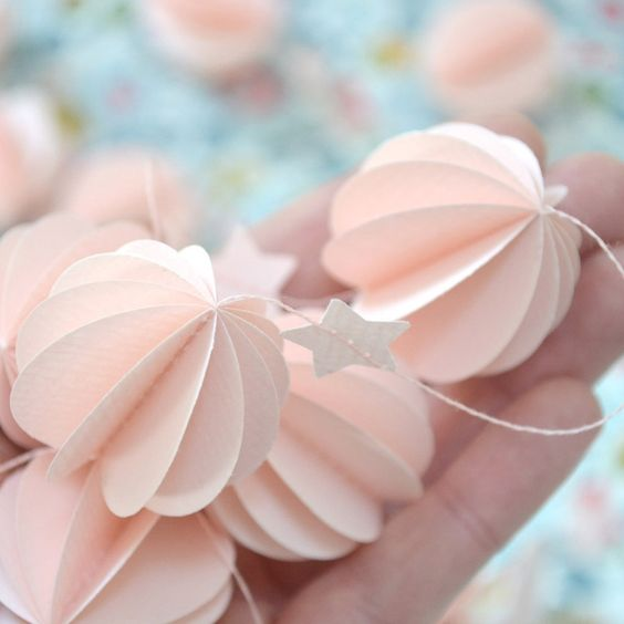 Guirlande en papier, sphères et étoiles rose tendre, assemblée à la main (fil assorti)Guirlande de 2 m - Sphères 33 mm - Livrée dans une petite boîte