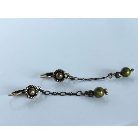 boucles d'oreilles, dormeuses, chaine filigrane, perle czech vert mousse , très fine, délicate, style rétro, joli cadeau