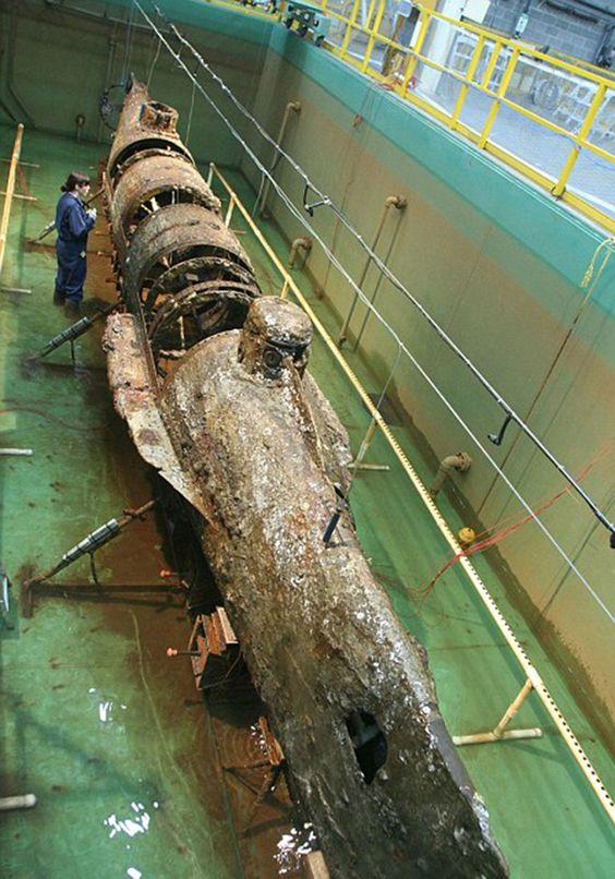El Hunley fue operado por la Marina de los Estados Confederados durante la guerra civil estadounidense y se perdió en 1864 tras hundir a una corbeta en combate. Fue sacado del agua en el 2000