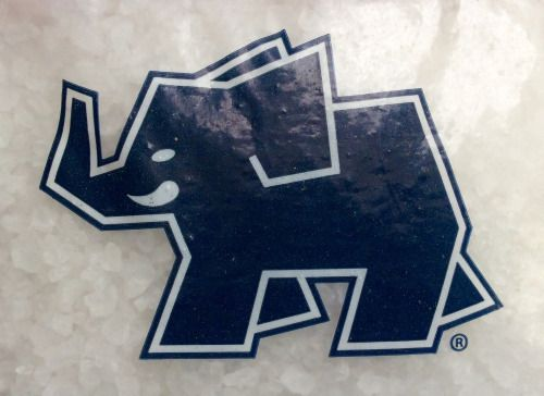 Logo de Sal Elefante en una bolsa de plástico.  Sal Elefantes logo on a package of salt.